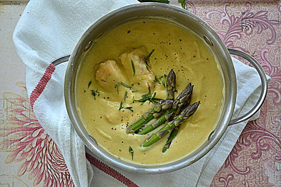 Zupa szparagowa z łososiem i białym winem za kuchennymi drzwiami