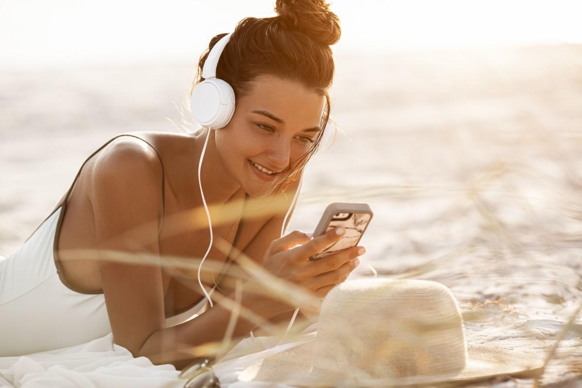 Najpopularniejsze audiobooki na wakacje - tego najchętniej słuchają kobiety
