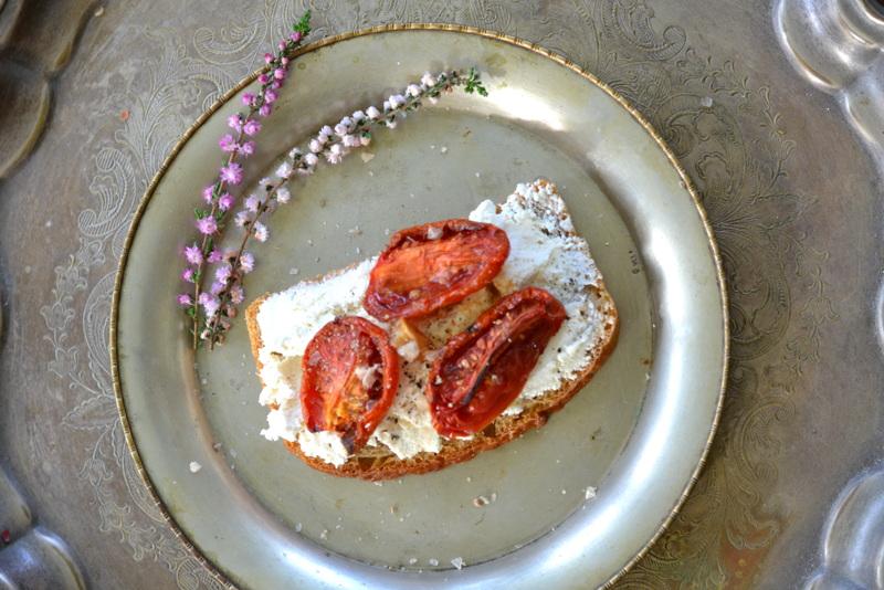 Pieczone pomidory z kozim serem na grzance