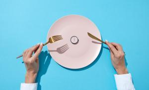 2017/12/white-plate-with-round-whatch-shows-six-oclock-served-knife-and-fork-picture-id1131848079.jpg