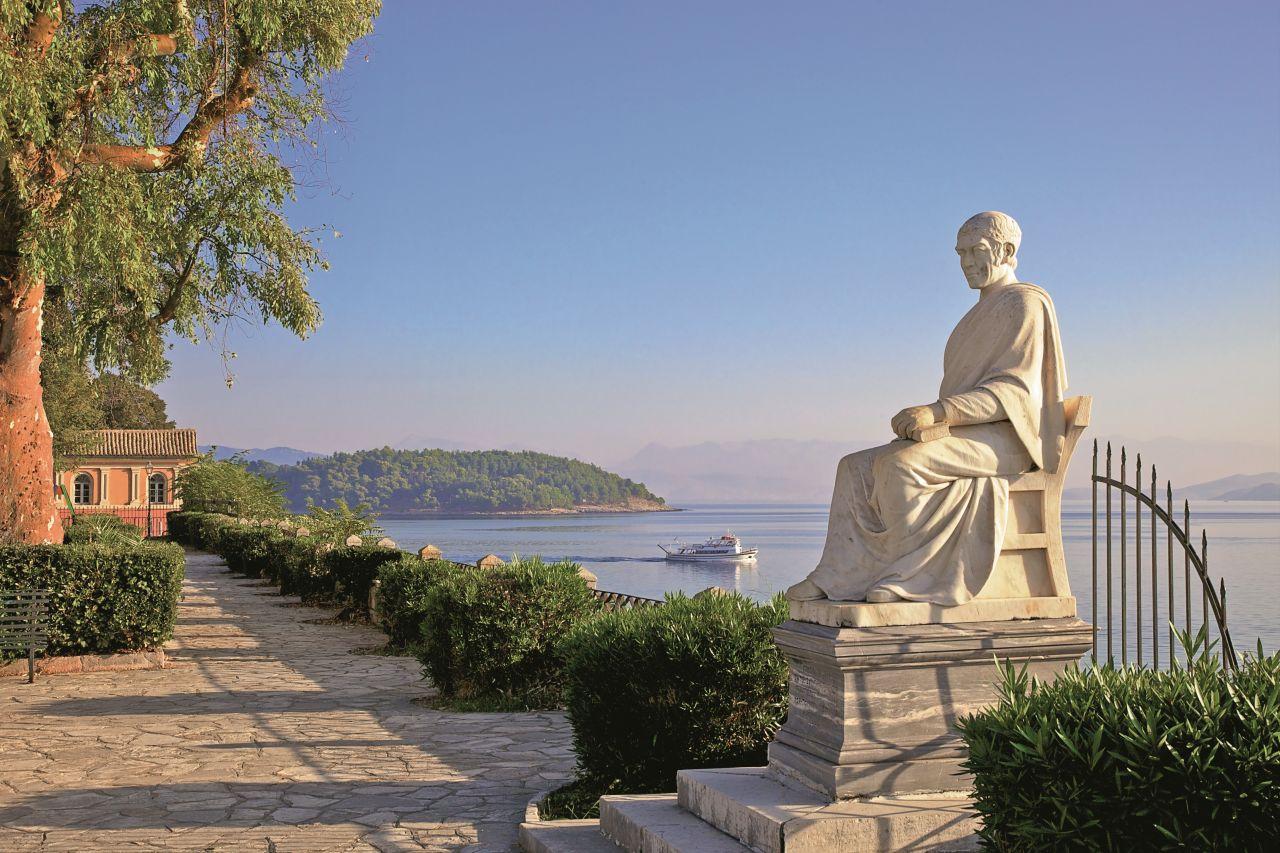 Ogrody Boschetto w stolicy Korfu zdobi pomnik Fredericka Northa, piątego hrabiego Guilford, który stworzył na Korfu w 1824 roku pierwszy nowożytny Grecji uniwersytet. (Fot. Getty Images)