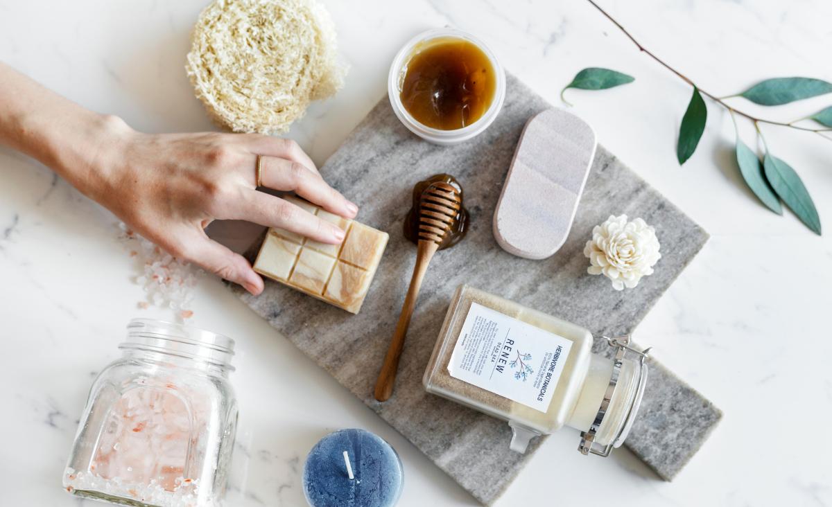 Czytanie etykiet kosmetyków kluczem do świadomej pielęgnacji. Jak wybierać produkty z dobrym składem?