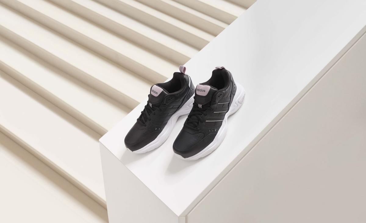Sneakersy - co to są za buty?