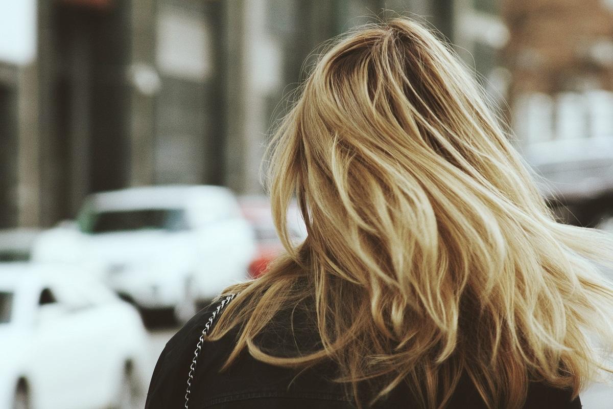 Jakie kosmetyki stosować na przetłuszczające się włosy?