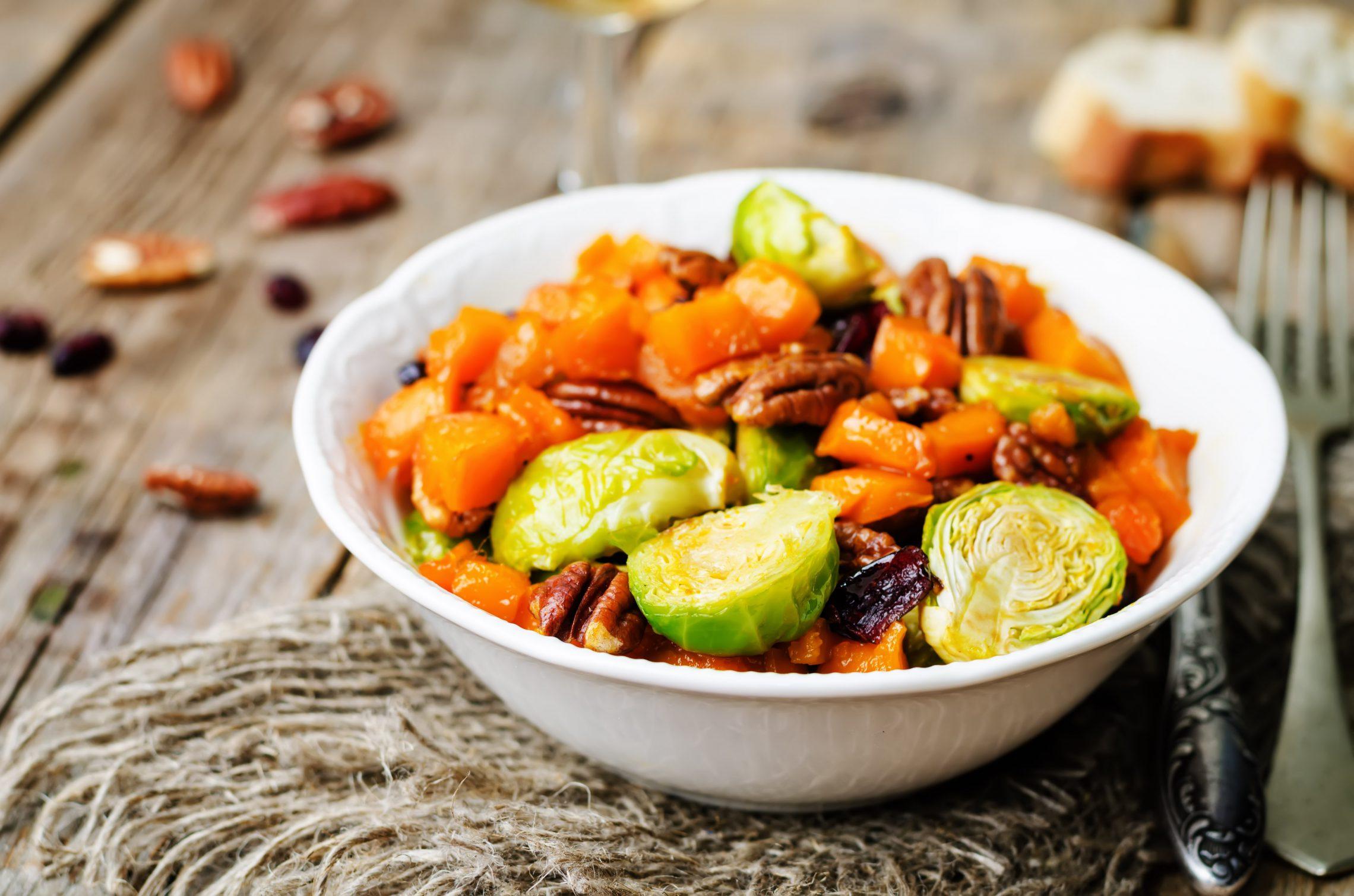 Pieczone warzywa z żurawiną i orzechami pekan