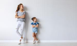 2012/06/jak-uwolnic-sie-od-wzorcow-rodzinnych-happy-family-mother-and-child-daughter-near-an-empty-wall-picture-id1170259375.jpg