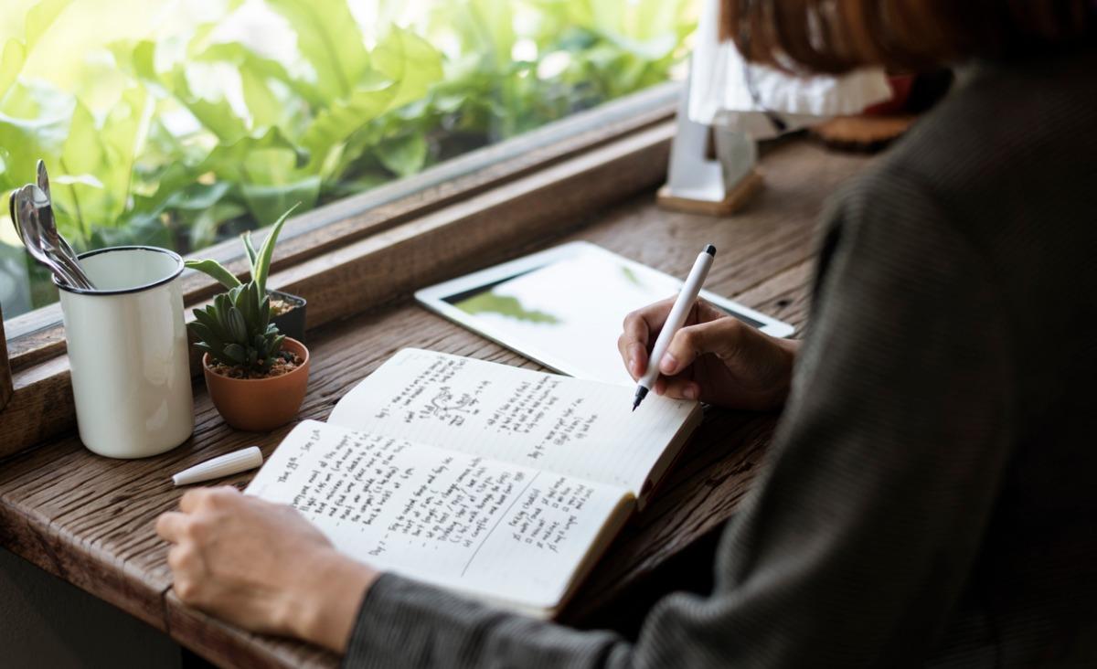 Dlaczego warto prowadzić pamiętnik? Pisarka Regina Brett o zaletach codziennego pisania