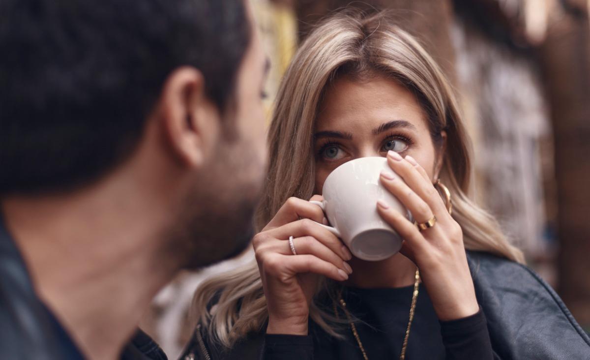 Jak zachować się będąc bliskim osoby zdradzonej? Czy powiedzieć o niewierności i kiedy warto to zrobić?