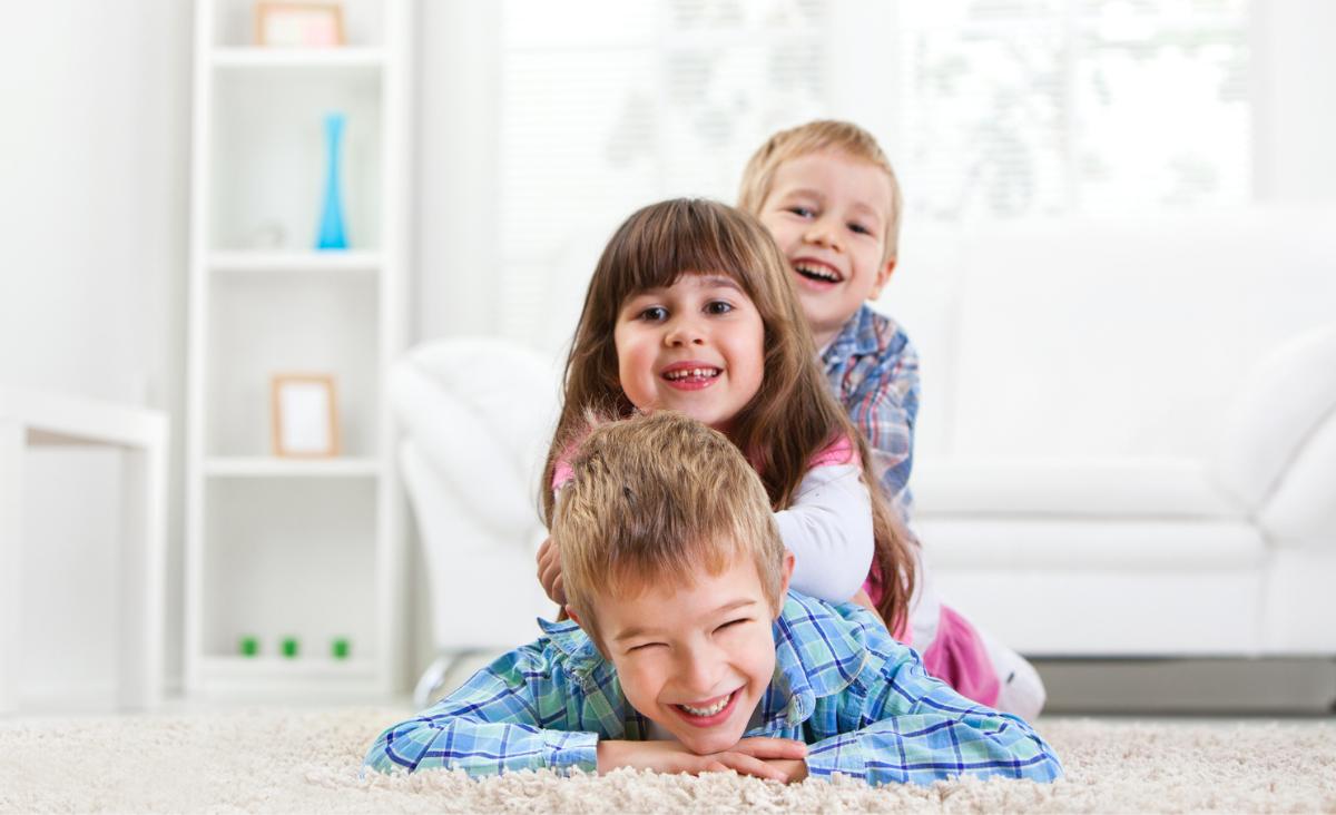 Najstarsi, najmłodsi, jedynacy - jak role z dzieciństwa przenoszą się na dorosłe życie?