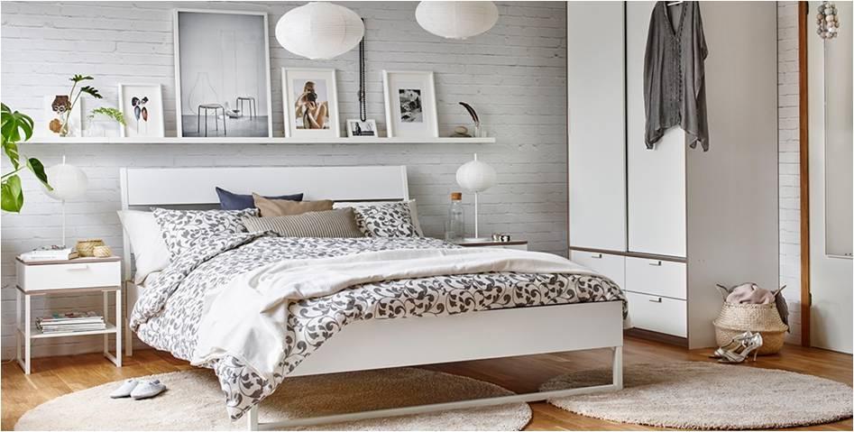 półka na książki nad łóżkiem w sypialni
