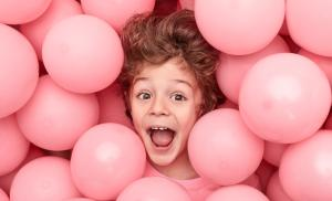 2012/02/trudne-do-kochania-excited-boy-lying-in-balloons-picture-id1170192954.jpg