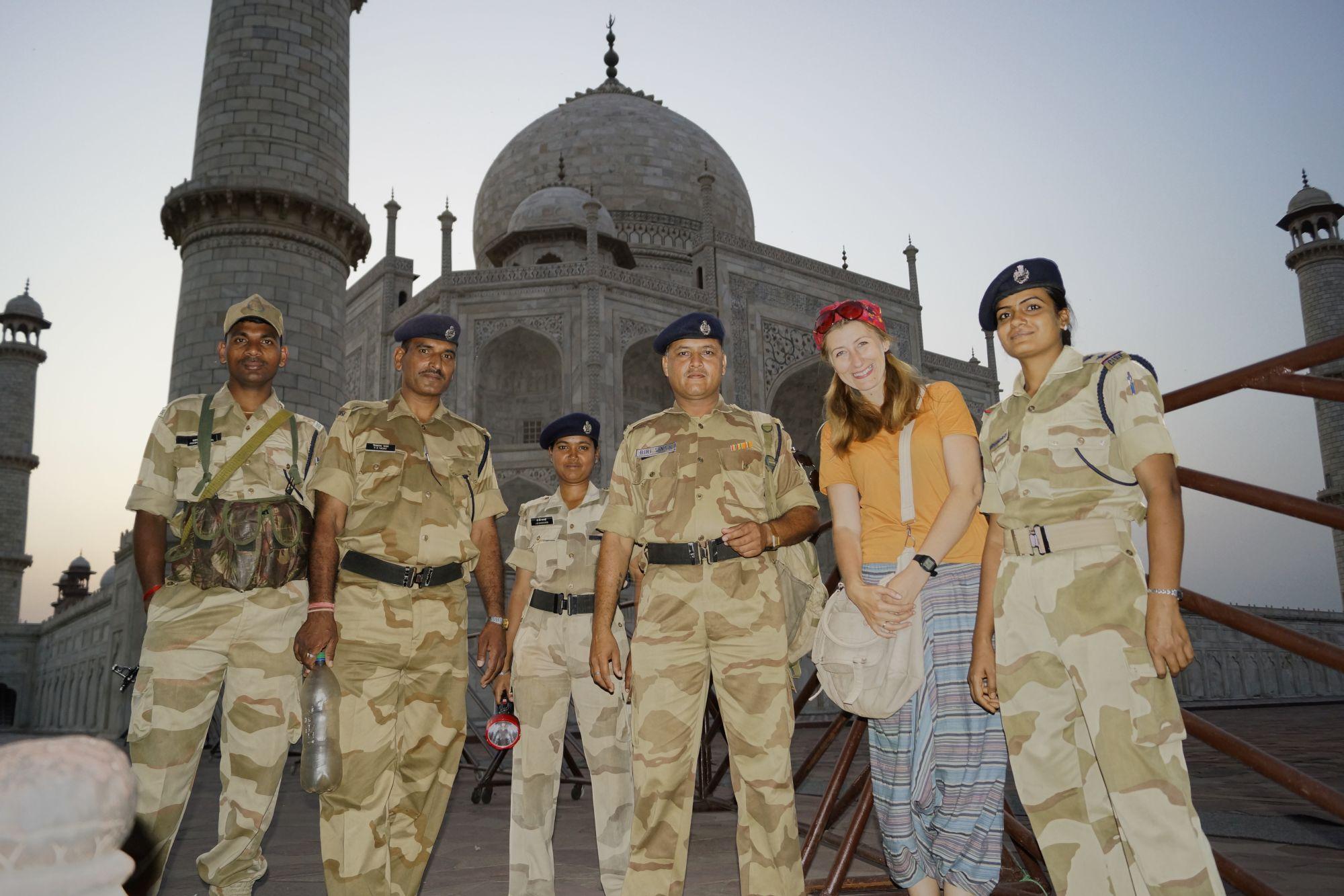 Ze służbami ochronnymi Tadż Mahal
