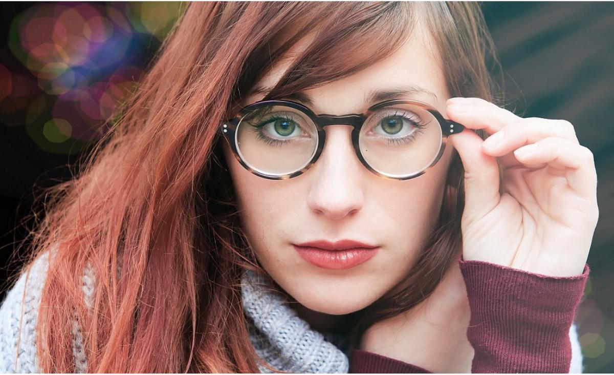 Jak świetnie wyglądać w okularach, czyli wszystko o wybieraniu oprawek