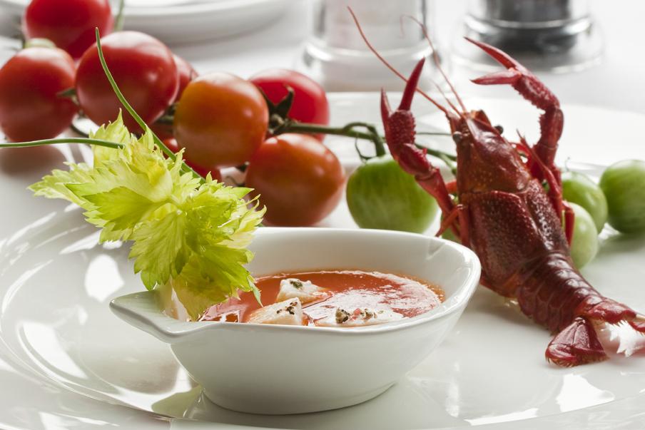 Zupa rybna z pomidorami i szyjkami rakowymi