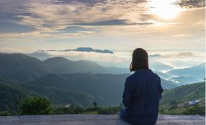 2012/09/stoicy-kontra-zlosc-jak-powstrzymac-gniew-woman-sitting-and-looking-at-the-view-of-the-mountain-and-mist-under-picture-id859335536.jpg
