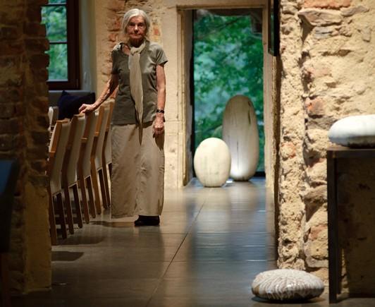 W XVI-wiecznych historycznych wnętrzach ceramiczne dzieła prof. Krystyny Cybińskiej wyglądają zjawiskowo. (Fot. materiały prasowe)