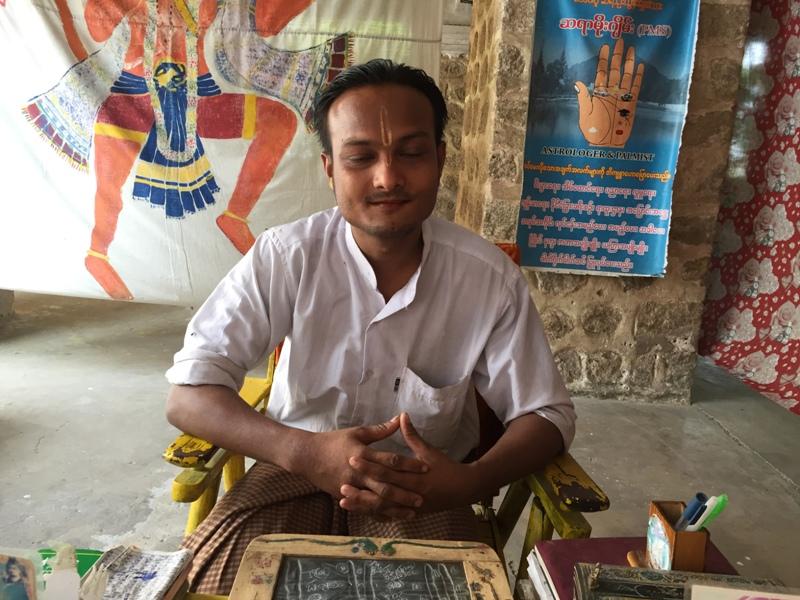 3. Astrolog przepowiadający przyszłość w Shwedagon Paya