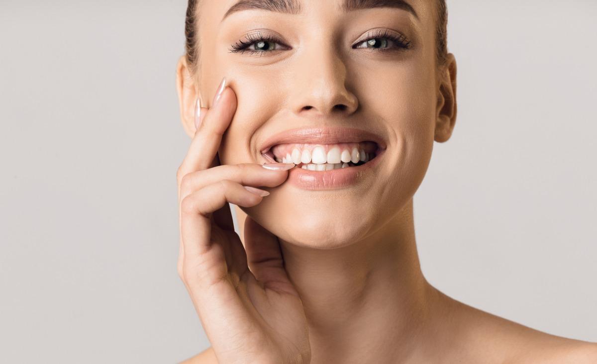 Piaskowanie zębów – co to jest i na czym polega? Czy niszczy szkliwo?