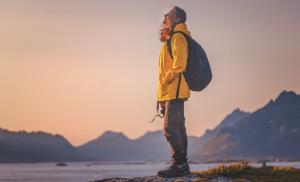 2021/01/aby-byc-szczesliwym-trzeba-sie-niezle-napracowac-happy-woman-tourist-with-relax-and-enjoy-sunset-on-lofoten-in-norway-picture-id1170508452.jpg
