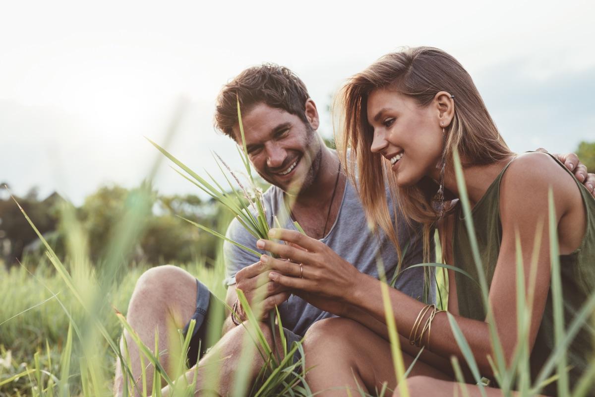 Kobieta, która po latach przerwy umawia się na randkę, często wierzy w różne teorie, które nie mają wiele wspólnego z prawdą. (Fot. iStock)