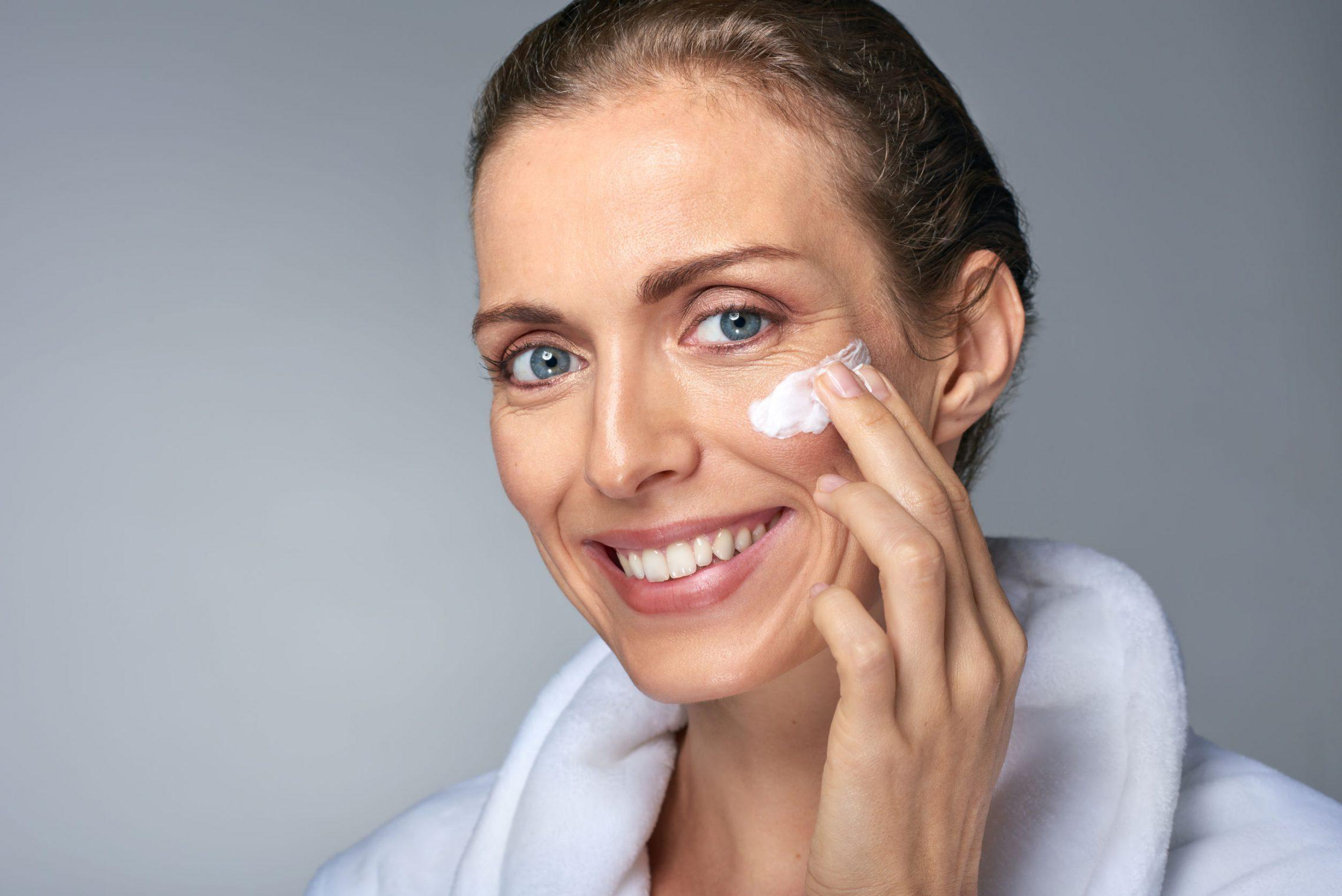 Jak sobie radzić z trądzikiem skóry dojrzałej?