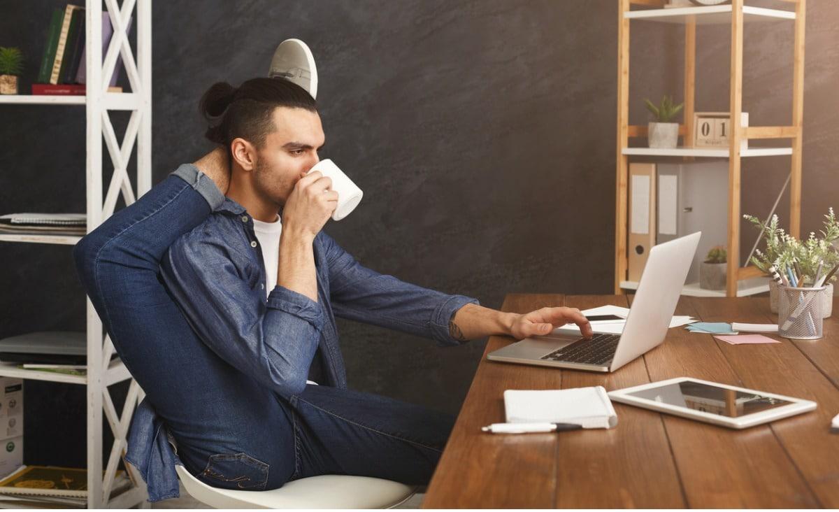 Aktywność fizyczna w pracy: jak ćwiczyć przy biurku?