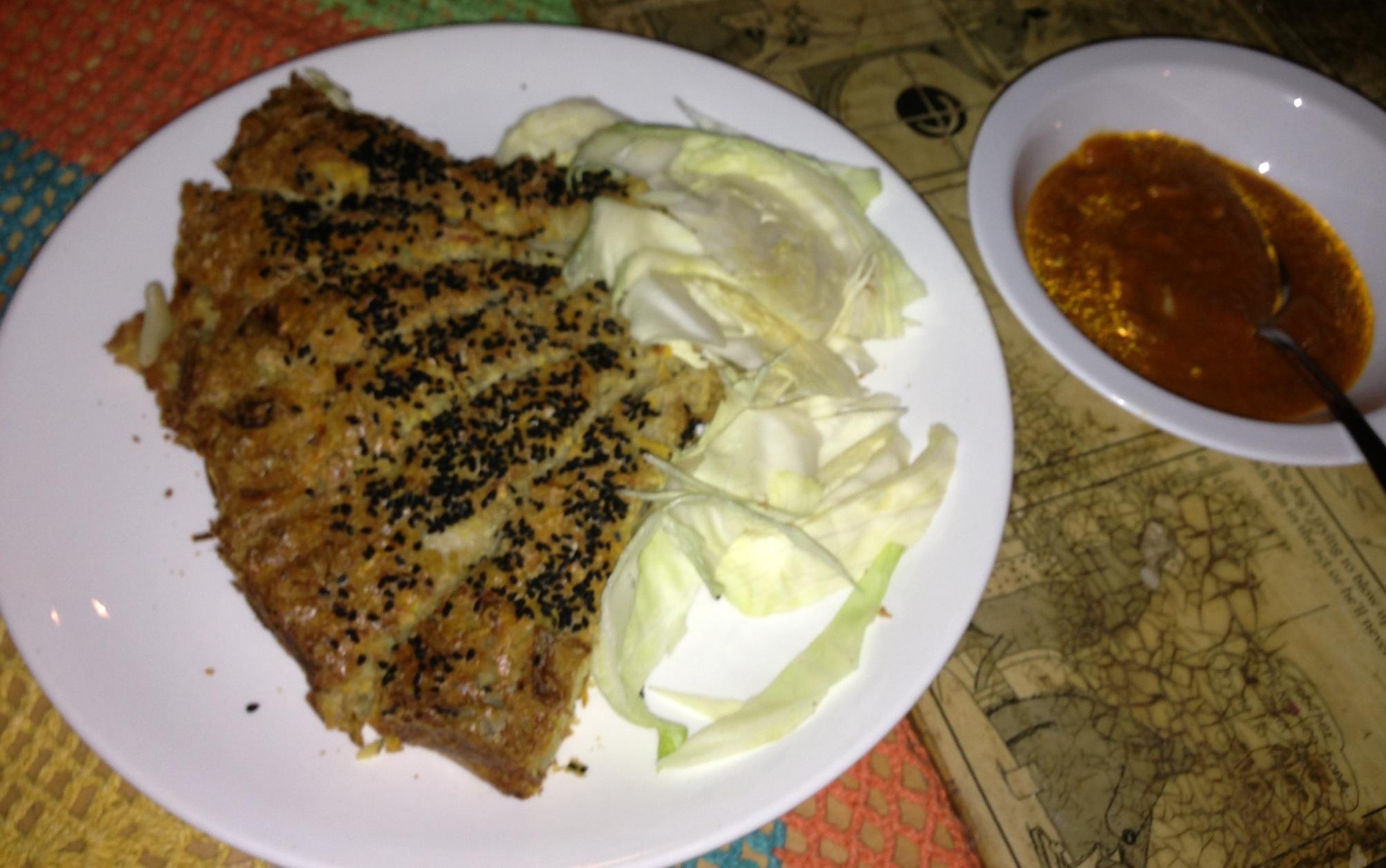 Babka ziemniaczana ze swieza biala kapustą i sosem chili