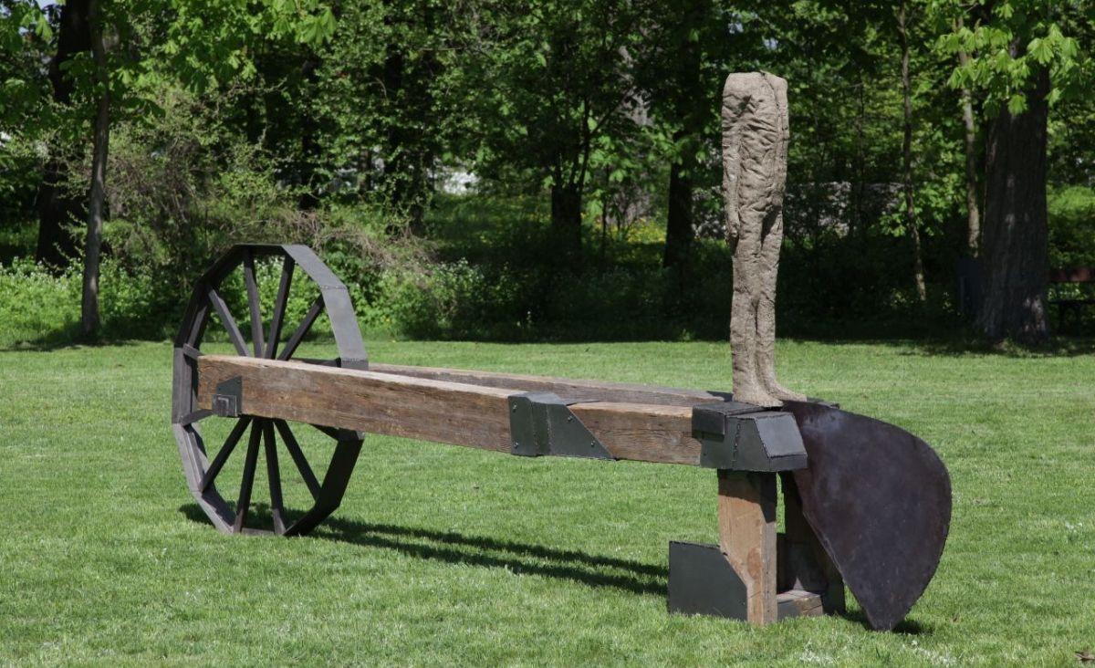 Oracz, 1996 / 1997, tkanina jutowa, żywica, stal, drewno, wym. 425 × 45 × 180 cm, kolekcja Galerii Starmach, Kraków
