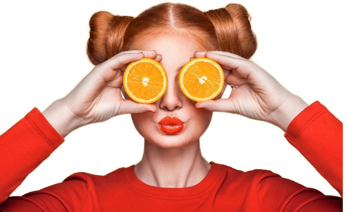 Witamina C dostarczana w codziennej dobrze zbilansowanej diecie pozytywnie wpływa na nasze zdrowie. Działa również na naszą urodę - odmładza i rozświetla cerę. (Fot. iStock)