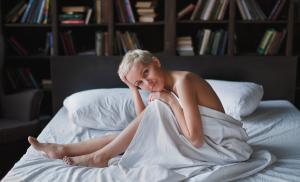 2016/11/pozadanie-a-plec-czego-pragna-kobiety-pensive-beautiful-young-woman-with-blond-short-hair-sitting-on-bed-on-picture-id1144991217.jpg