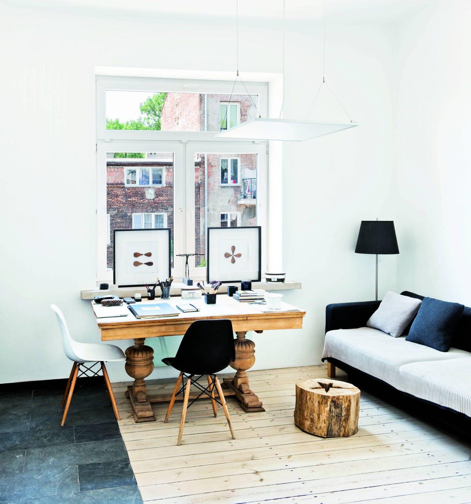 Wnętrza galerii: białe ściany i piece, jasne drewniane podłogi i okna z widokiem na ceglane praskie kamienice. (Fot. Jakub Pajewski; Stylizacja: Basia Dereń-Marzec)