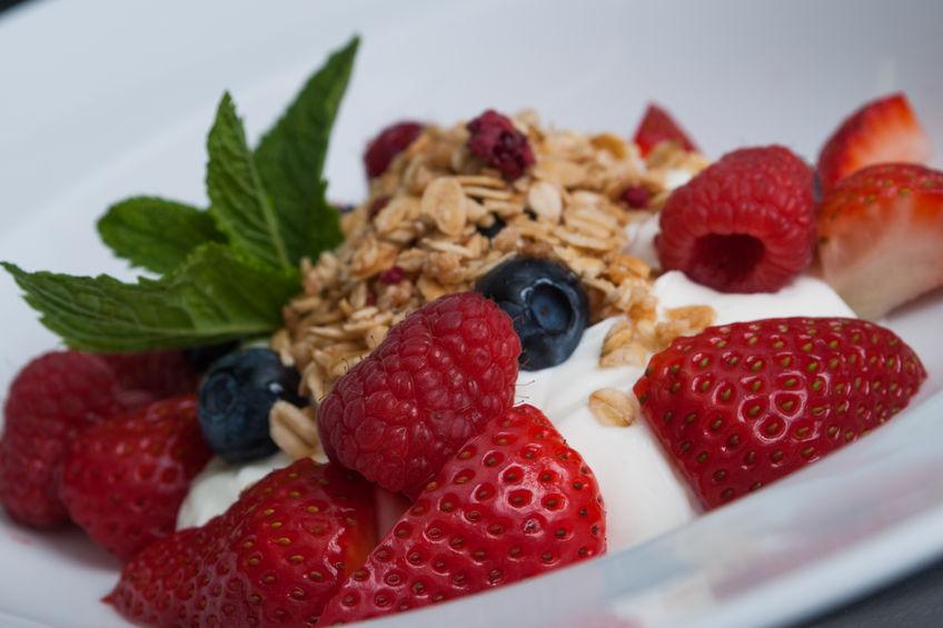 Domowa granola z jogurtem i konfiturą truskawkową
