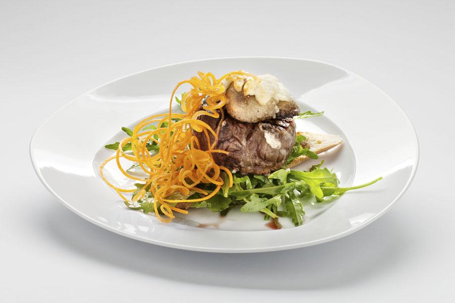 Polędwica wołowa zapiekana z portobello i kozim serem podana na bagietce