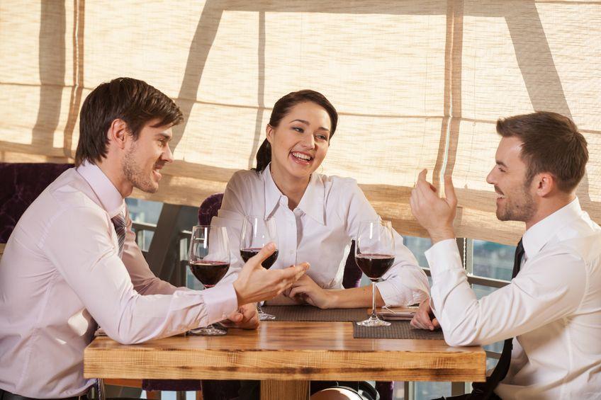 Miejsce przy stole wpływa na relację z rozmówcą
