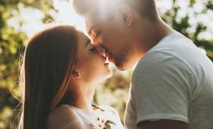 2019/07/dlaczego-pocalunki-sa-tak-istotne-dla-relacji-side-view-portrait-of-a-amazing-caucasian-couple-kissing-against-picture-id1194822657.jpg