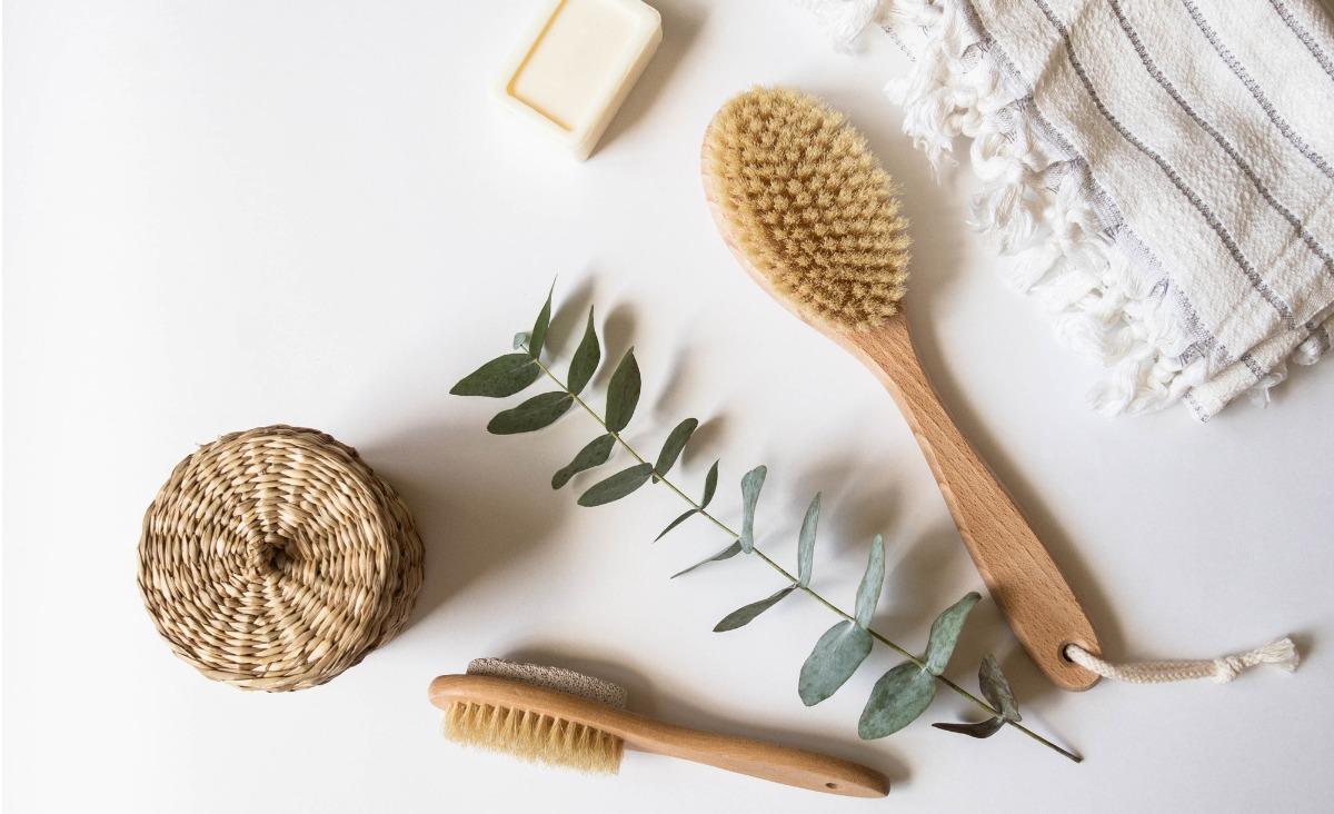 Szczotkowanie ciała na sucho - jakie przynosi korzyści dla skóry?
