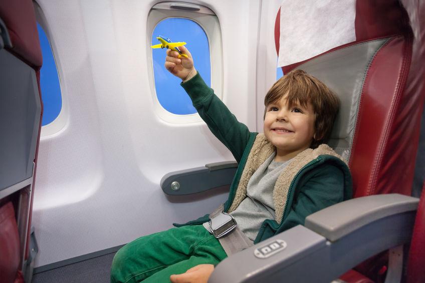Dziecko w samolocie – jak się przygotować do pierwszego lotu?