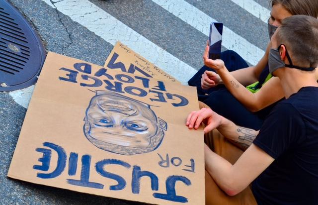 """""""Kolor skóry to nie przestępstwo"""" - fotoreportaż z antyrasistowskich protestów w Nowym Jorku"""