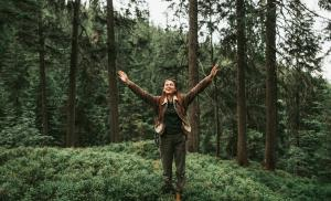 2019/07/sisu-finski-sposob-na-to-jak-wzmocnic-psychike-cheerful-girl-with-raised-hands-standing-in-beautiful-coniferous-picture-id1098315338.jpg