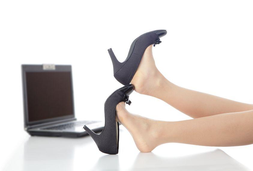 Zdrowe stopy po całym dniu za biurkiem