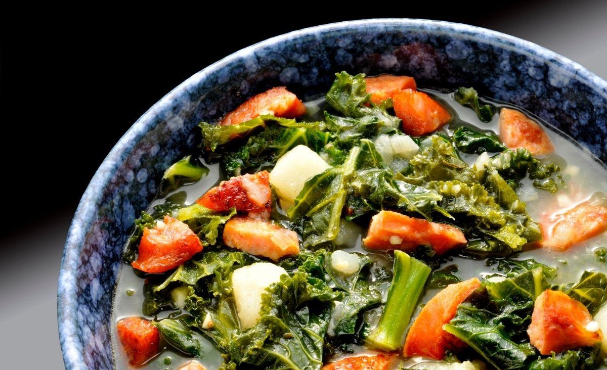 Jesienna zupa z jarmużem i boczniakami