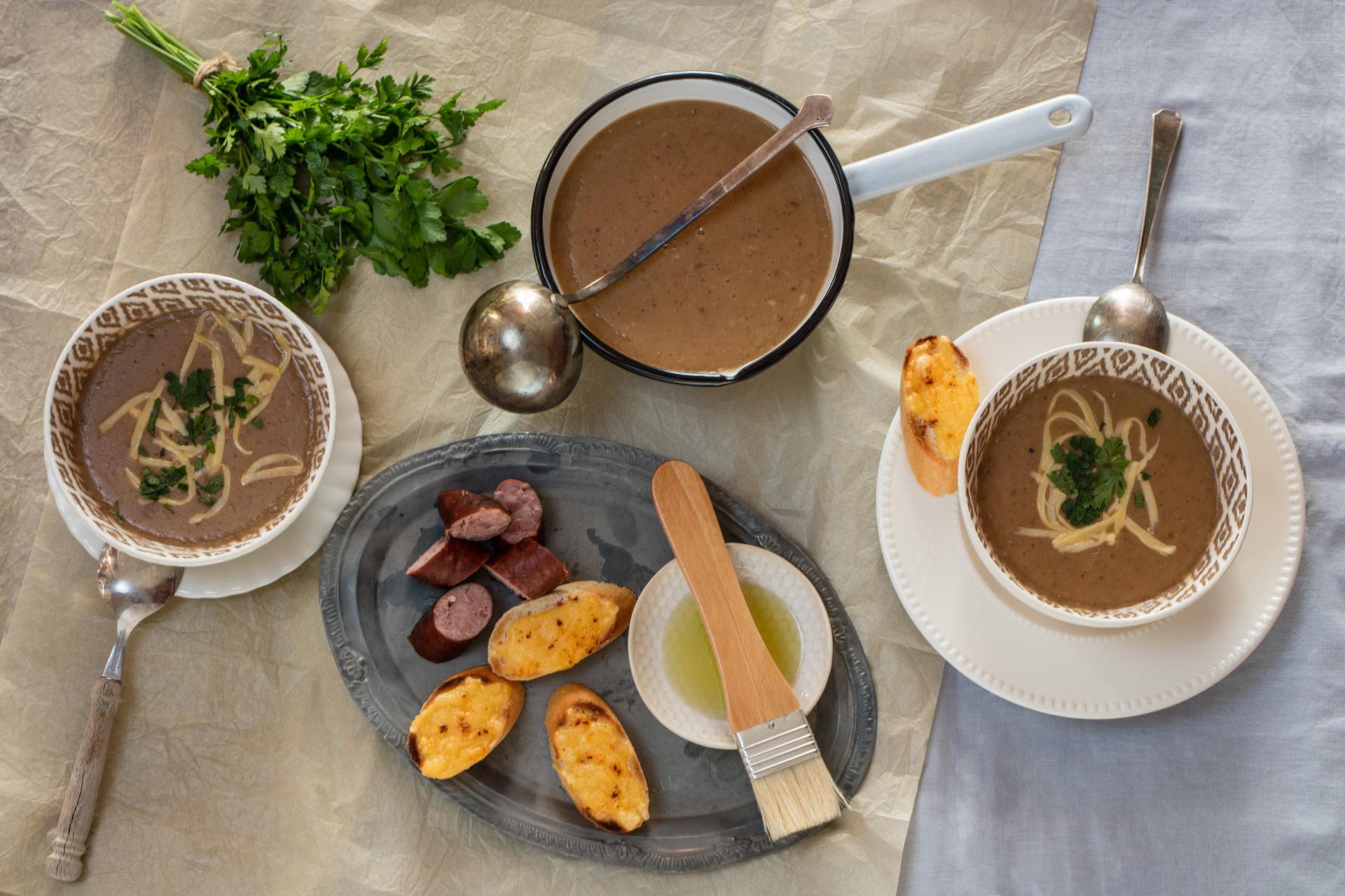 Zimowe zupy: zupa chlebowa z czosnkiem