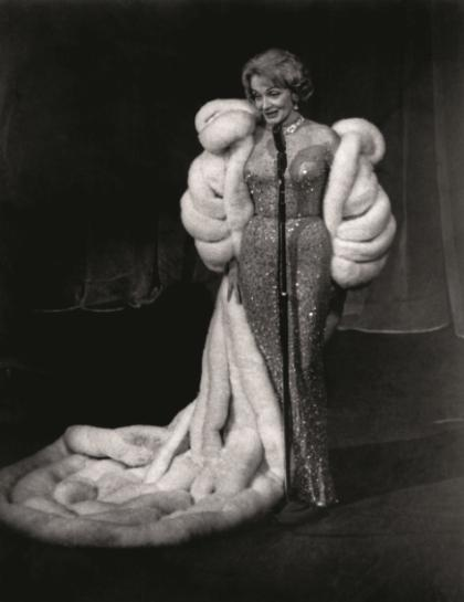 Marlena Dietrich w słynnej 'naked dress' podczas koncertu Deutsches Theater w 1960 roku. (Fot. A.Schorr/BEW Photo)