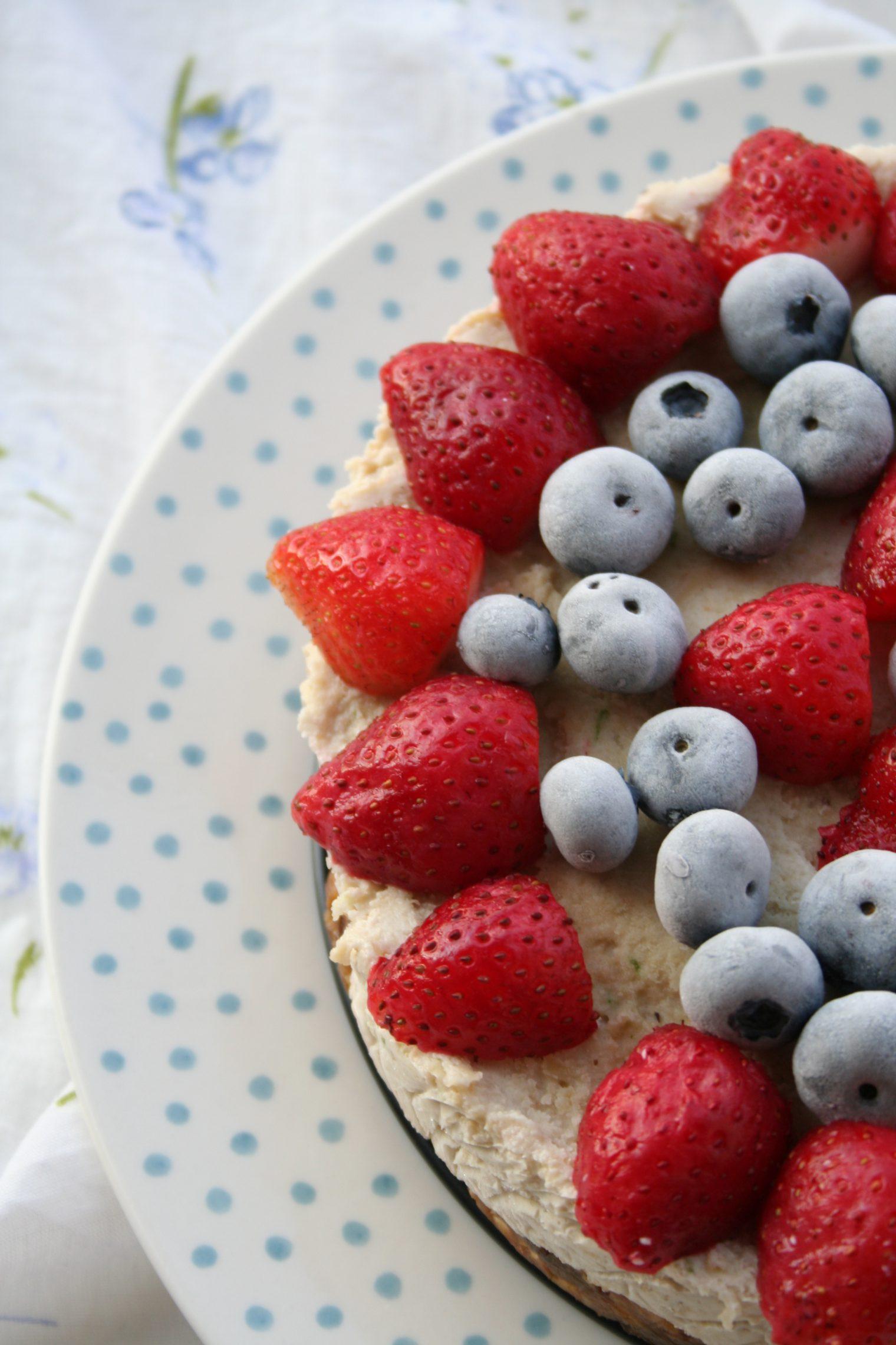Roślinożerna Rokicka: Wegański tort lodowy z kokosem, limonką i wakacyjnymi owocami