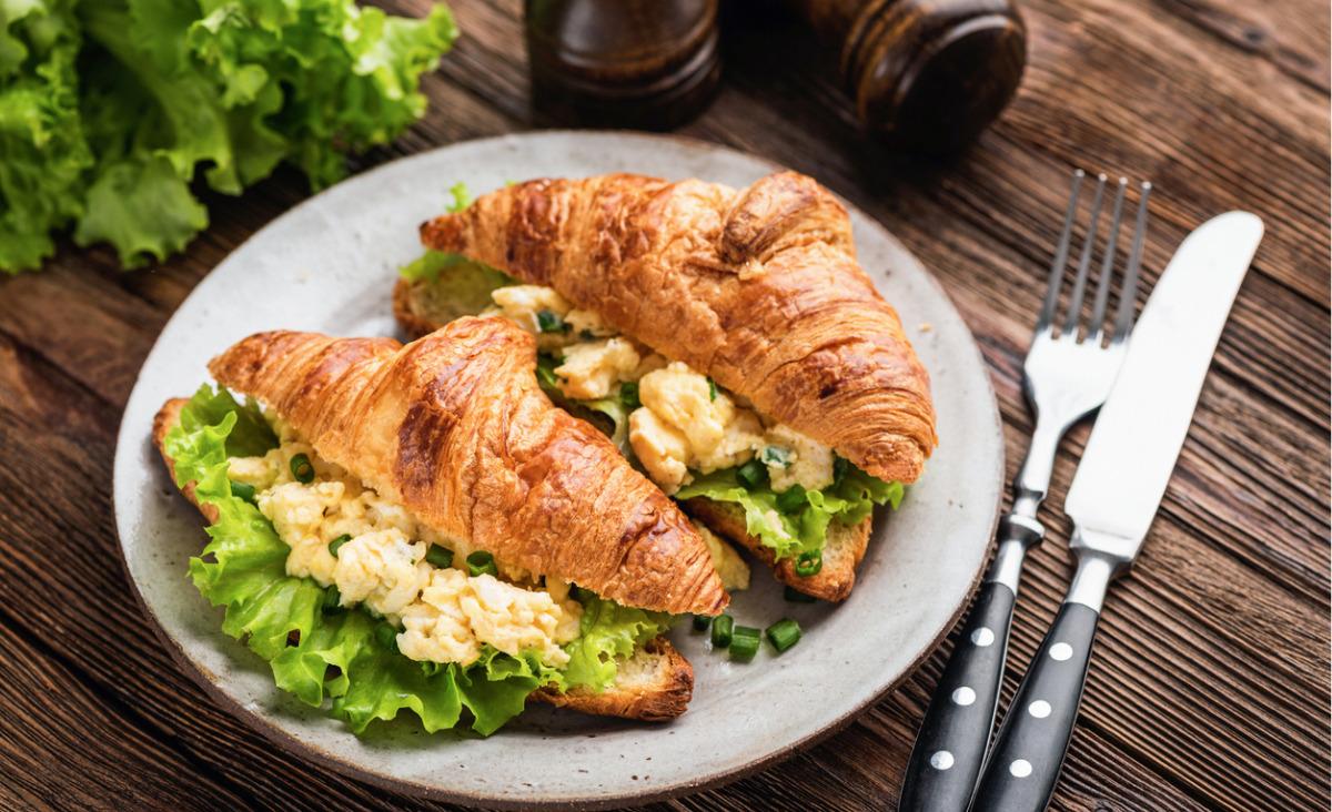 Rogale francuskie z pastą z jajka, awokado i zielonych liści