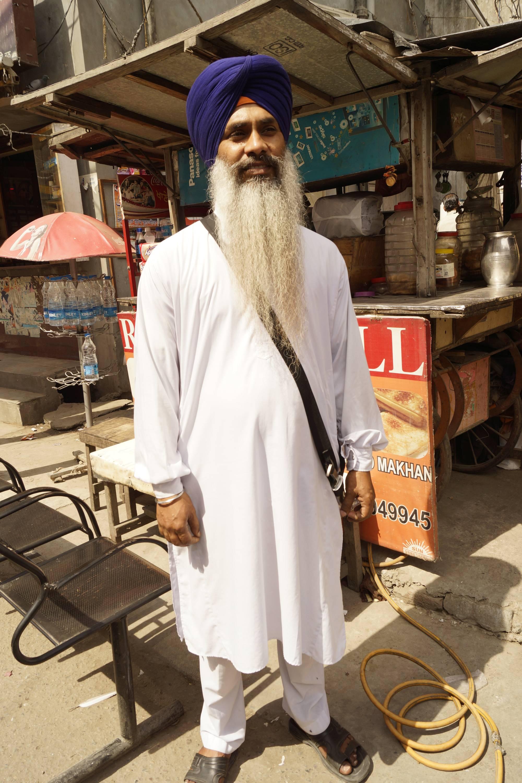 Sympatyczny starszy sikh