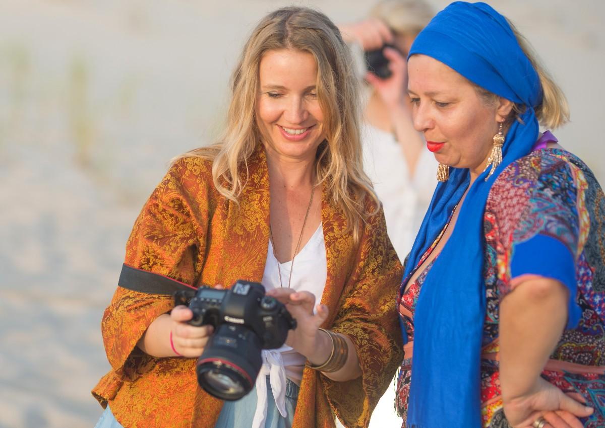 Katarzyna Gębarowska (po lewej) z kursantką. Podczas warsztatów opowiada o fotografii jako o sztuce i sposobie wyrażania siebie. Techniczna obsługa aparatu nie jest najważniejsza. (Fot. Łukasz Antczak/archiwum prywatne Katarzyny Gębarowskiej)