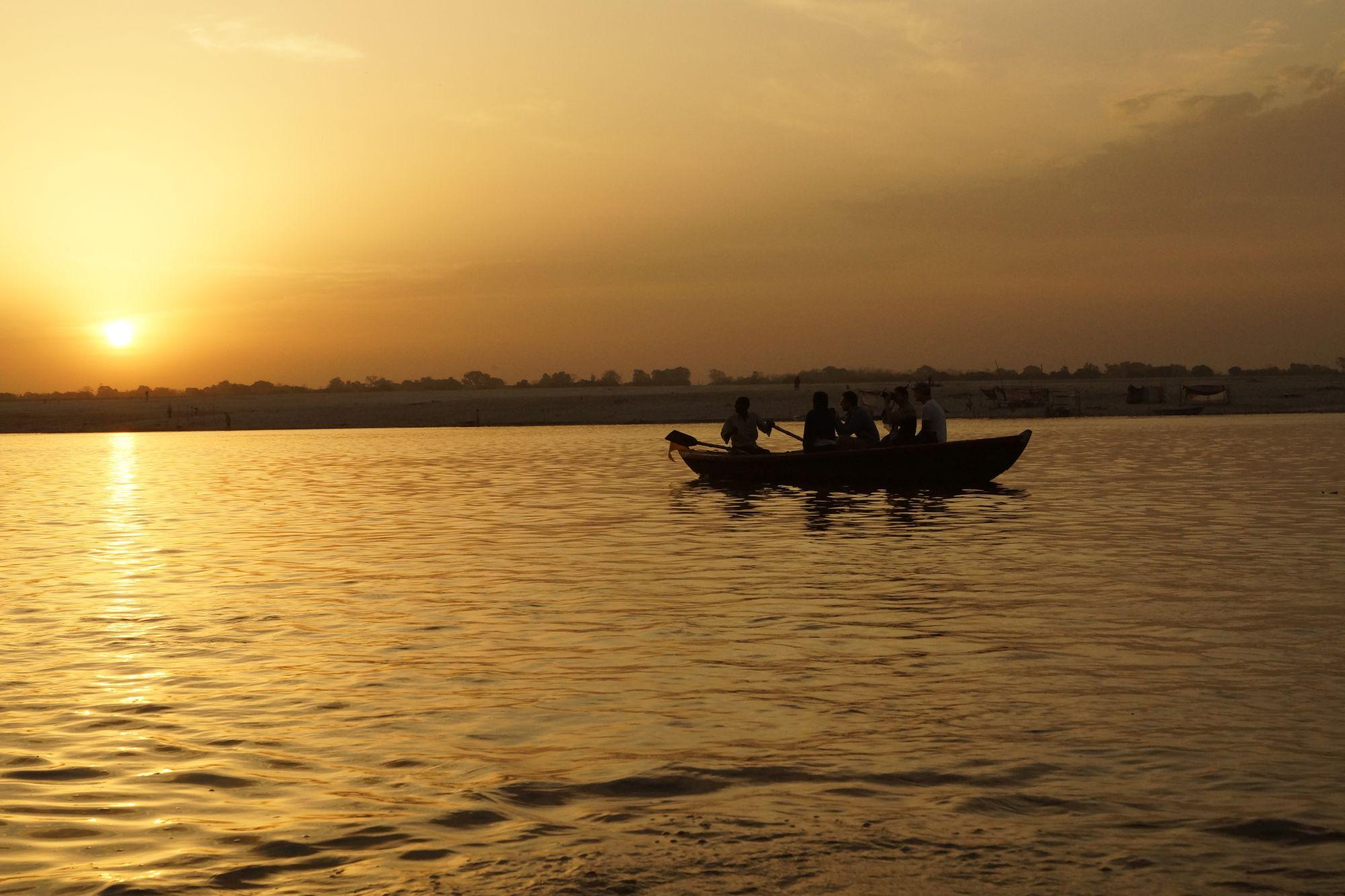 Pierwsze promienie słońca nad Gangesem