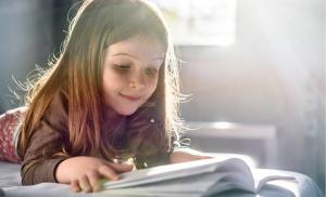 2021/02/ksiazki-dla-dzieci-ktore-warto-znac-cute-girl-reading-a-book-at-home-picture-id498054072.jpg