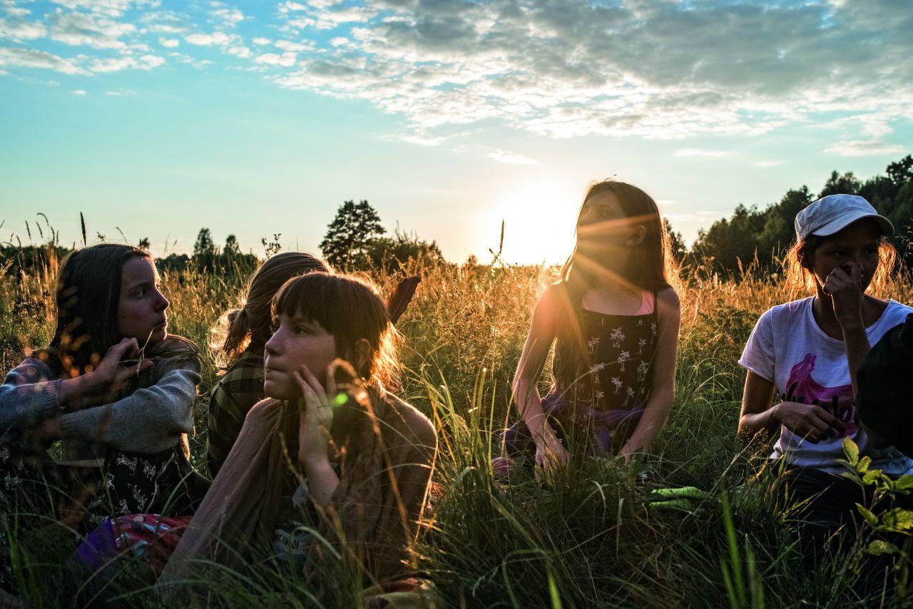 Wspólny czas na łące przy zachodzie słońca (Fot. Anna Maziuk)